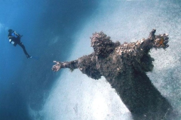 09-Christ-of-the-Abyss-at-San-Fruttuoso-Italy-630x419