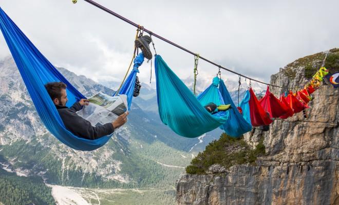 Те спят в хамаци на стотици метри височина в планината Монте Пиана