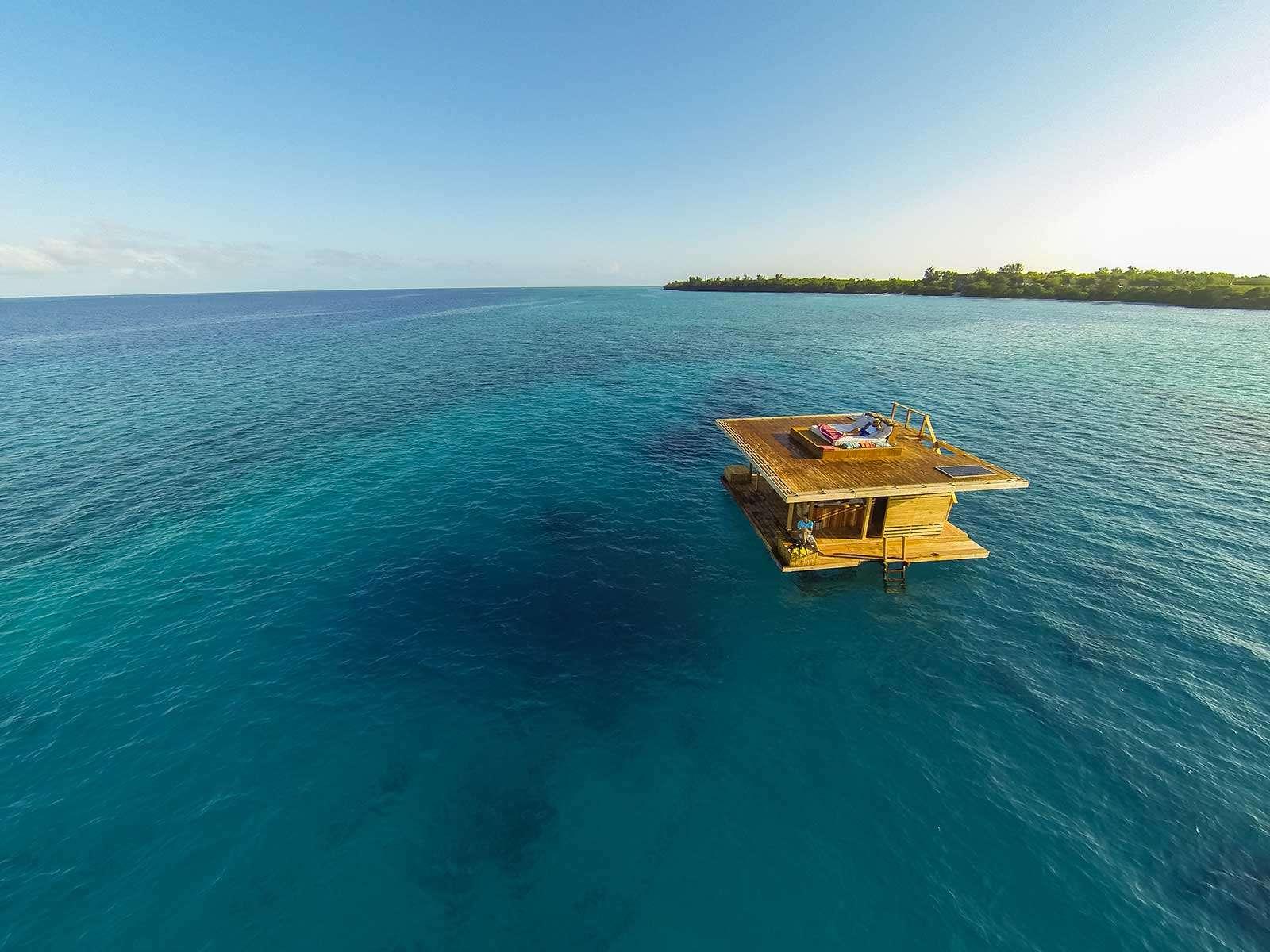 floating-house-Manta-resort