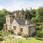 Този чаровен малък замък търси новите си собственици