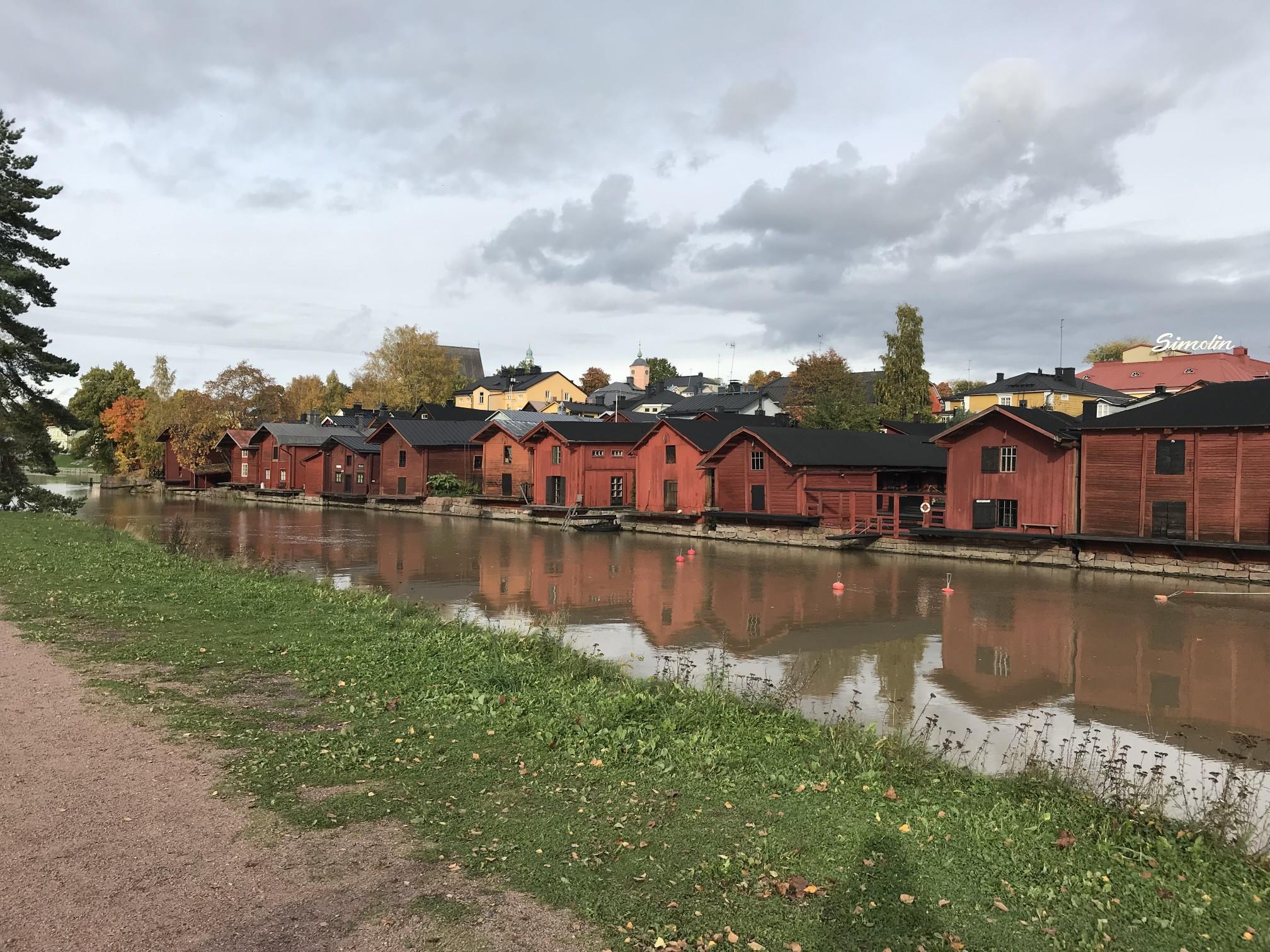 Характерни дървени къщи край устието на местната река