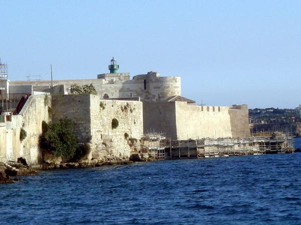 Крепостта Кастело Маниаче