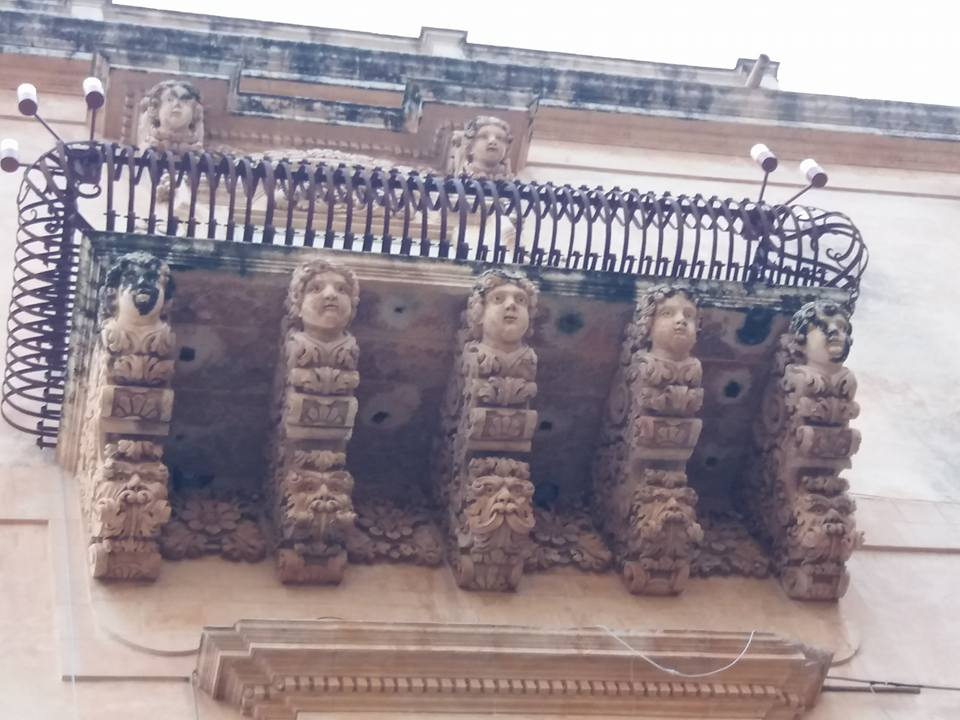 Красиви елементи по фасадата на двореца на Николачи